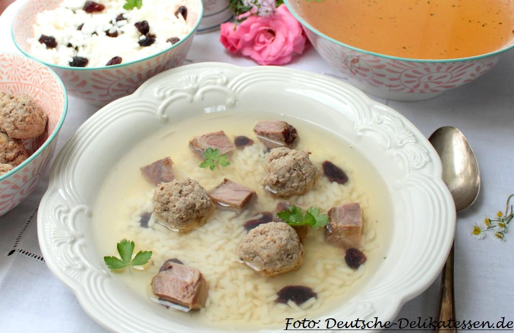 Suppe mit Brühe, Reis, Rosinen Rindfleisch und Hackbällchen audf einem Teller