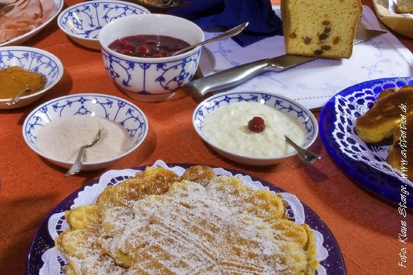 Bergische Kaffeetafel mit Waffeln und Kaffee