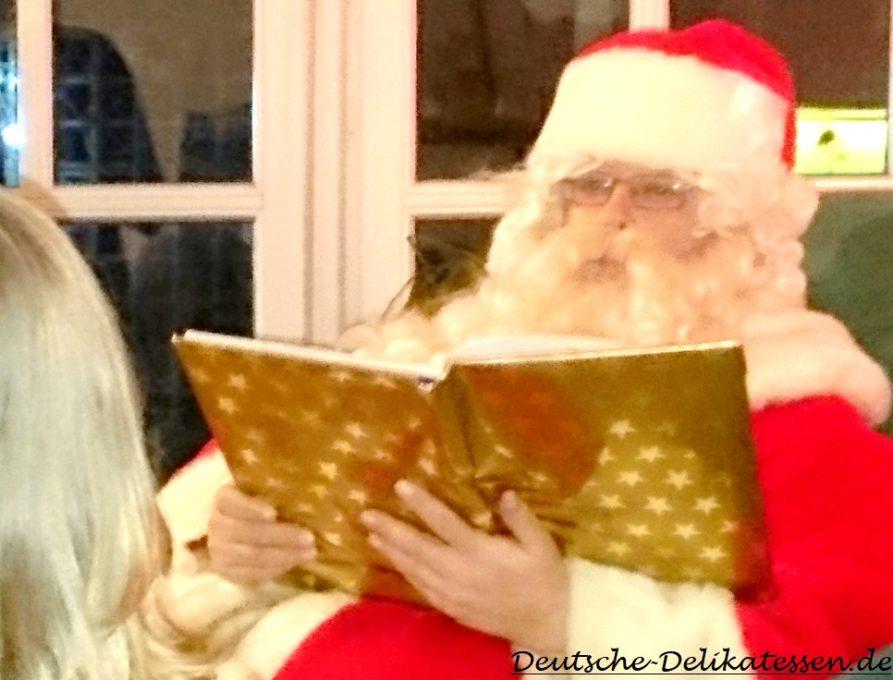 Weihnachtsmann im Sessel mit Buch