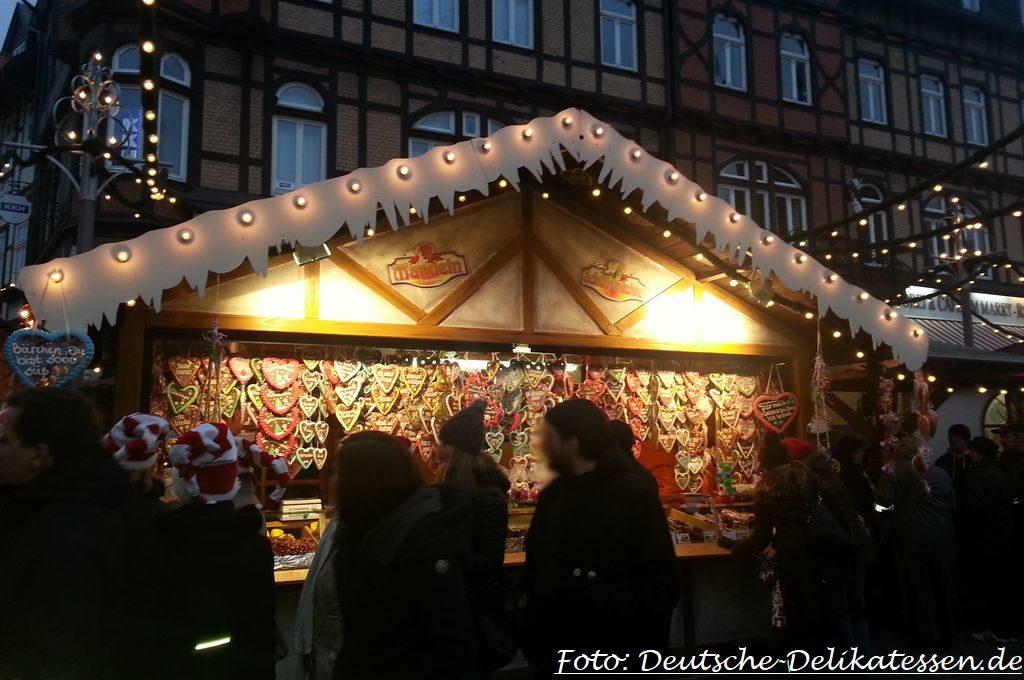 Lebkuchenstand auf einem Weihnachtsmarkt mit Weihnachtsbeleuchtung