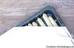 Spargel auf einem Blech mit Alufolie