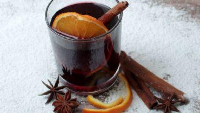 Glas mit Glühwein und Zimtstangen, Orangenscheibe, Anisstern