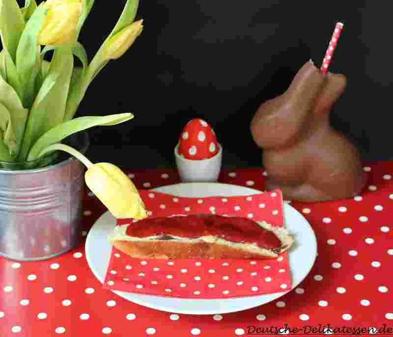 Osterfrühstück rot-weiss gepunktet mit Schokoladenosterhase
