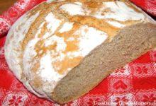 Frisches Brot angeschnitten auf einem traditionellem Tuch