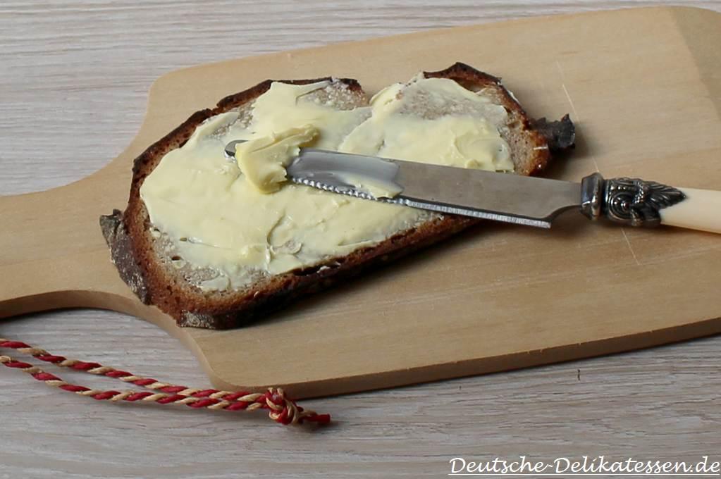 Brotscheibe mit Butter und Messer
