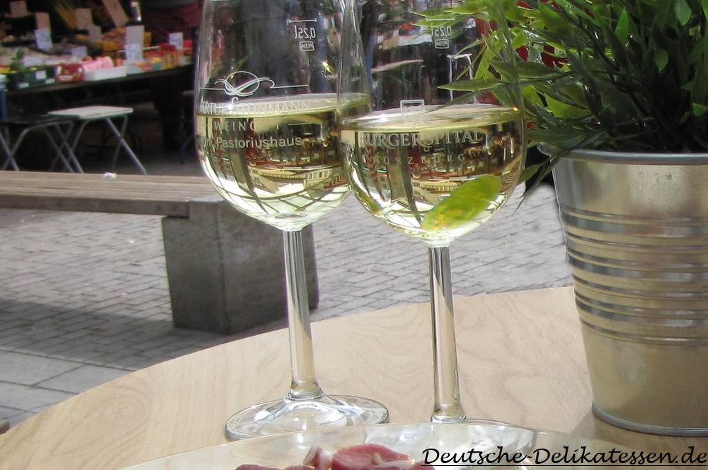 Weisswein im Glas auf einem Tisch
