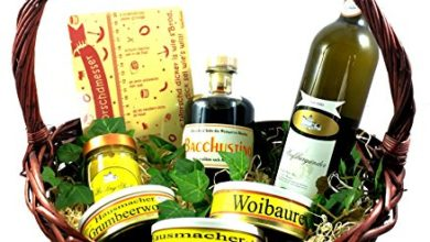 Wein und Wurst in einem Korb
