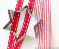 Weihnachtliches Geschenkband und Keksausstecher Stern