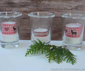 Gläser mit Zuckerrand und Teelichten