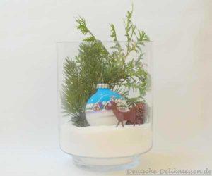Glas mit Winterstimmung Tanne, Hirsch und Weihnachtsbaumkugel.