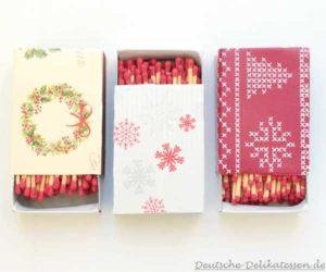 Streichholzschachteln mit Weihnachtspapier beklebt.