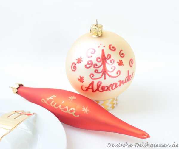 Weihnachtskugeln mit Beschriftung von Namen.