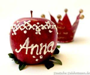 Apfel mit Namen und Muster aus weisser Zuckerschrift.