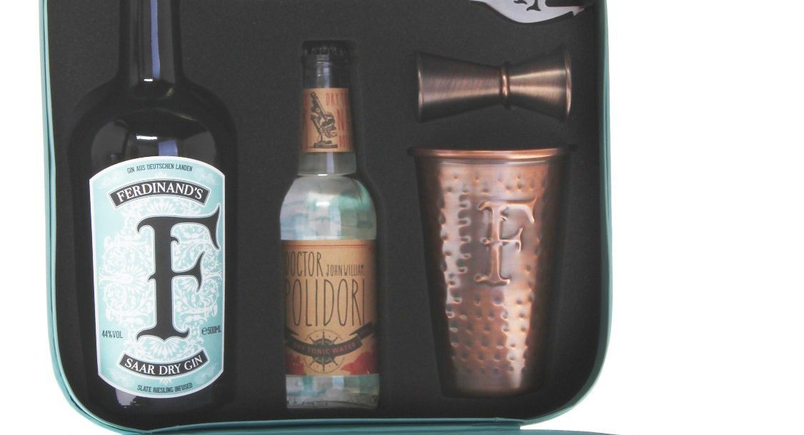 Gin mit Becher und Reisebox
