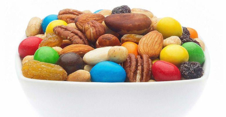 Schale mit Nüssen, Mandeln, Schokolade und Trockenfrüchten