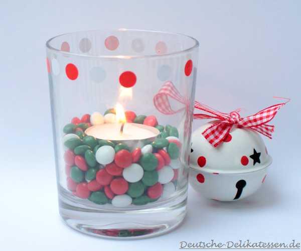 Weihnachtliches Glas mit Schokolinden und Teelicht