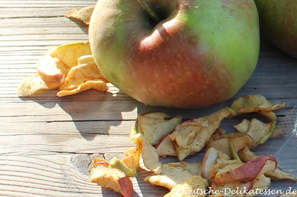 Fallobstapfel und getrocknete Apfelchips