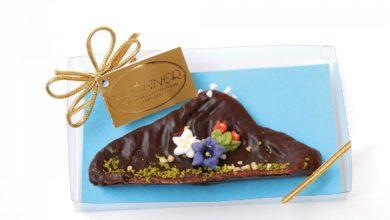 Schokolade in Bergform mit Marzipanblumen