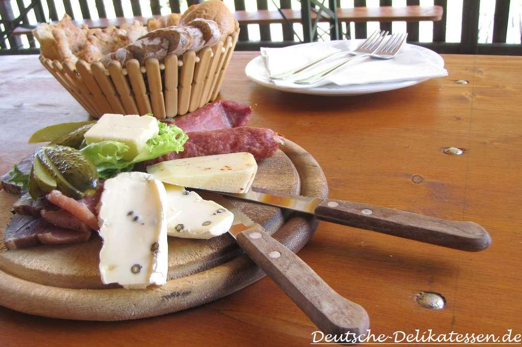 Vesperbrett mit Schinken, Salami, Käse und Brot