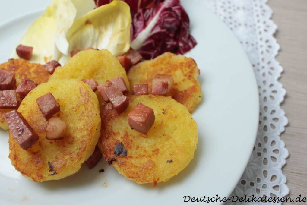 Gebratene Klösse mit Schinkenwürfeln und Salat
