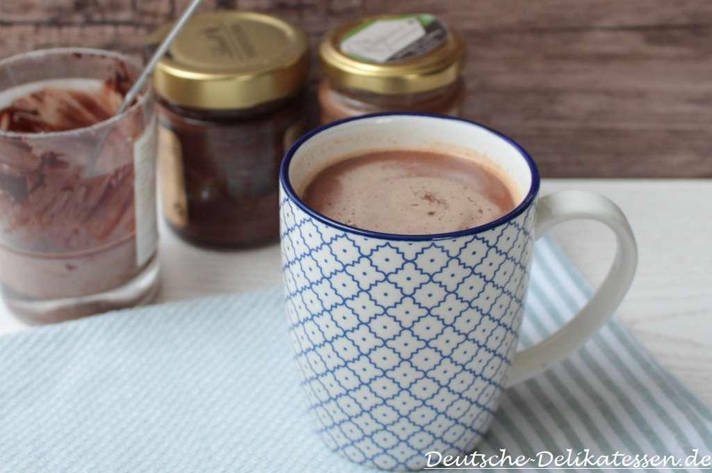 Heisse Schokolade in einer Tasse und leere Schokoladengläser