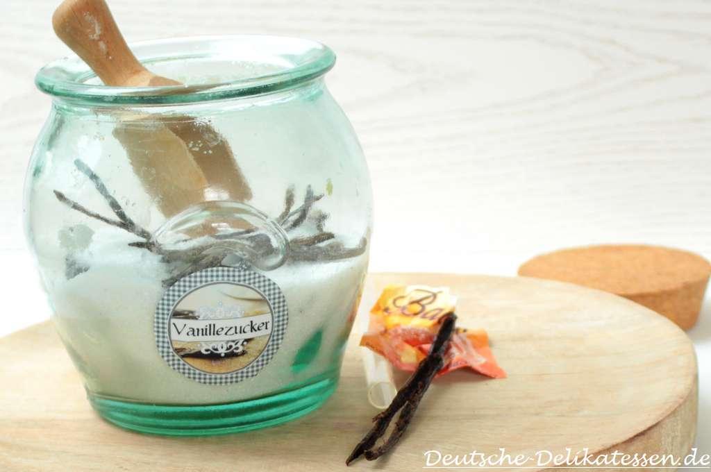Glas mit Zucker und leere Vanilleschote