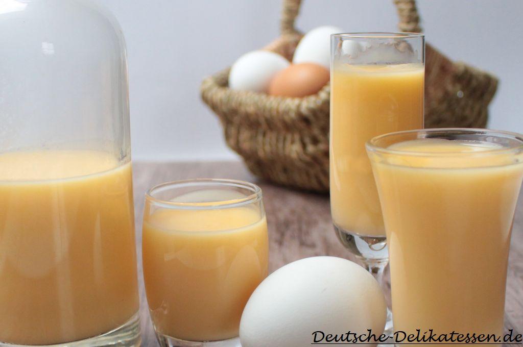 Selbstgemachter Eierlikör in Gläsern mit Rezept