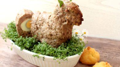 Osterlamm aus Hackbraten mit Ei gefüllt auf einem Kressebeet