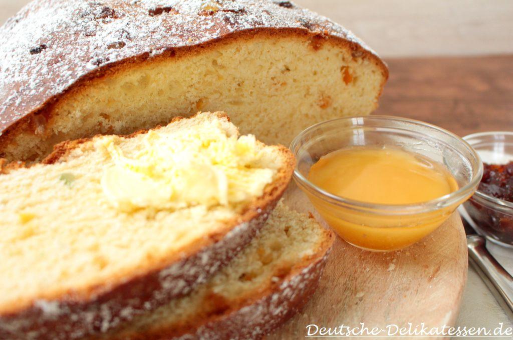 Traditionelles Osterbrot Poschweck mit Butter und Honig zum Brunch