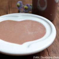 Schokoladensosse Herz auf einem Teller