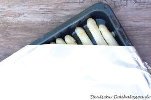 Spargel auf einem Backblech im Ofen zubereiten