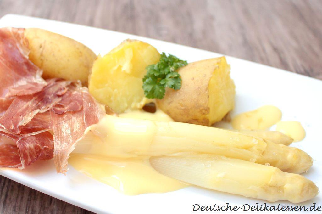 Weisser Spargel zubereitet mit Kartoffeln, Sauce Hollondaise und Schinken.