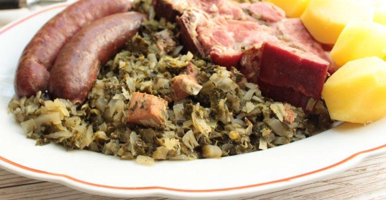 Knieperkohl auf einem Teller mit Kohlwurst, Kassler und Kartoffeln