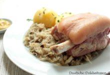 Eisbein mit Sauerkraut und Kartoffeln auf einem Teller