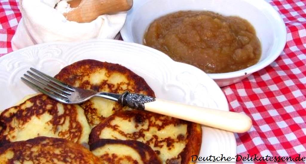 Quarkkeulchen auf einem Teller mit Apfelmus