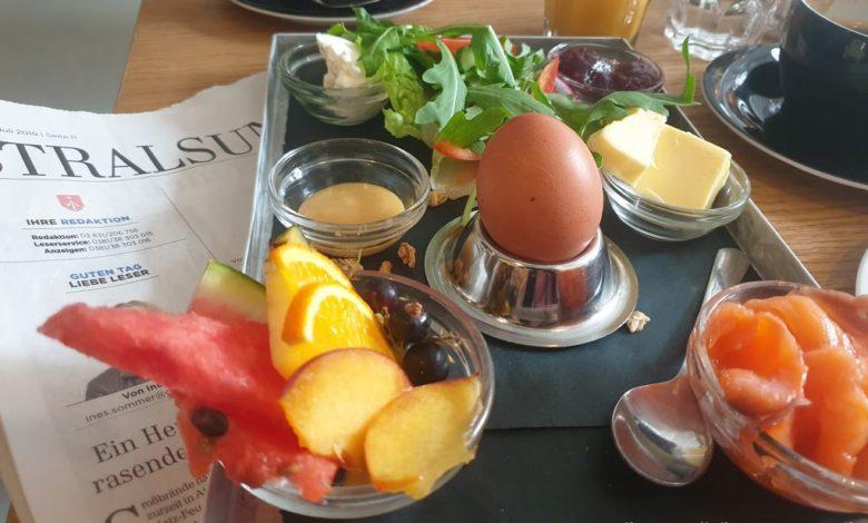 Frühstücksteller mit Ei in einem Restaurant