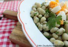 Salat von Erfurter Puffbohne auf einem Teller mit Ei